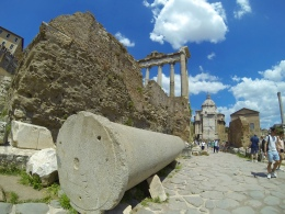 Temple of Saturn, in the distance...