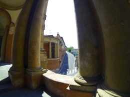 Turning the corner at Bonaccorsi Arch in Piazza Saragozza.